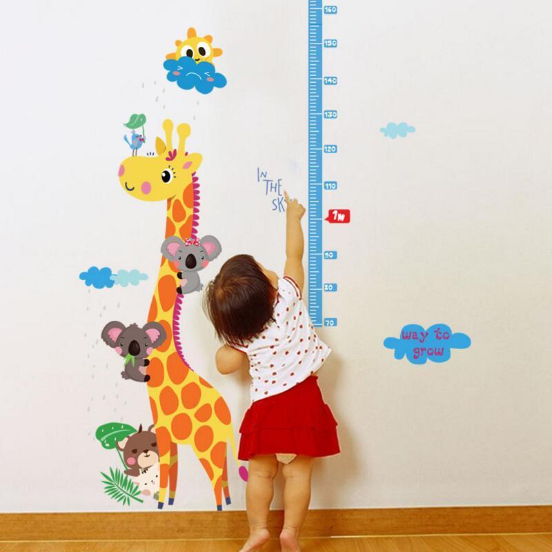 Criança alcançando régua de altura na parede